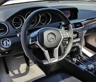 AMG-kellékek és világos szőnyegek. Egy luxusautó soha nem ésszerű