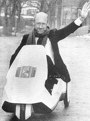 Sir Clive Sinclair a C5-ös volánja mögött. Vagy inkább fölött?