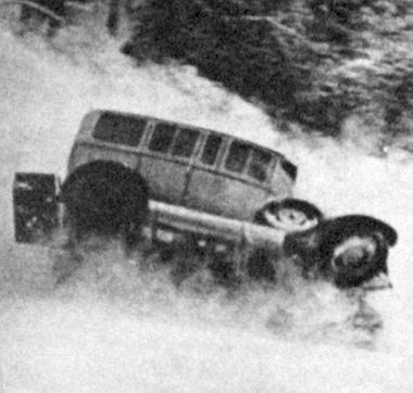 Filmbeli jelenet a havas mélységbe zuhanó autóról