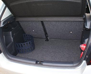 Kérhetőek praktikus csomagrögzítő megoldások. A padló alatt rejtőzik a 25 ezer Ft-os pótkerék, ami 15 literrel csökkenti a rakteret