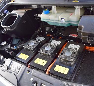 Feszültségek helyett: a motorteret a töltésért felelős inverterek uralják, a villanymotor a padló alatt középtájt helyezkedik el