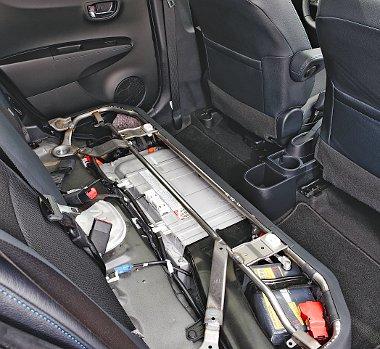 A hátsó üléspad alatt helyezték el a hibrid akkumulátort