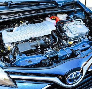 Az első generációs Prius továbbfejlesztett hibrid rendszere hajt
