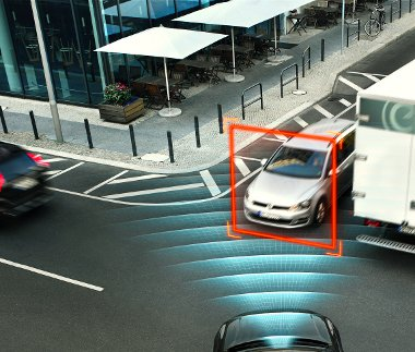 Az XC90-es automatikusan fékez, ha a sofőr kikanyarodna egy érkező autó elé a kereszteződésben