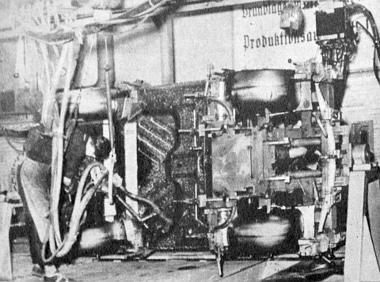 Érdekes felvétel a Trabant sablonba fogott acéllemez vázszerkezetének hegesztéséről