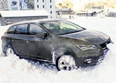 Saját erőből jutott ki a hófal fogságából az autó, tolatva. Nem hagyott nyomot a