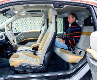 A karbon utascella merevsége miatt elhagyhatták a B-oszlopot. A kabin négy átlagos termetű felnőttnek kényelmes