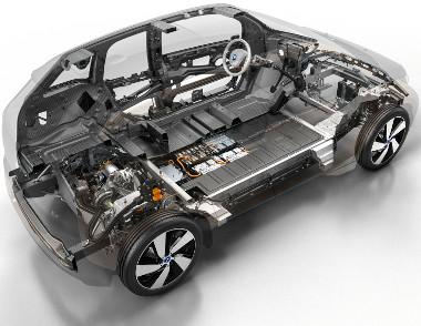 Az utascella szénszál-erősítésű műanyagból, a platform alumíniumból készül. A mindössze 50 kg-os villanymotor fix áttételen keresztül hajtja a hátsó kerekeket