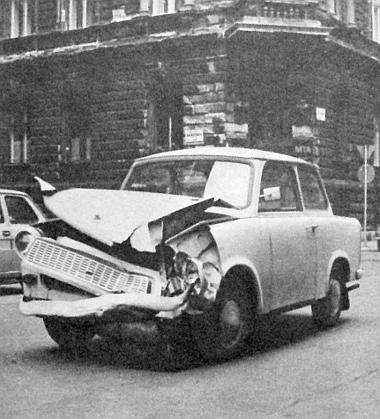 Az összetört Trabant. Vezetője és utasa nem sérült meg
