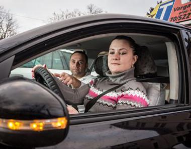 Marosy György autósiskolájában jelenleg öt alvállalkozó segíti a felkészítést a jogosítvány megszerzéséhez, minden gépjármű-kategóriában