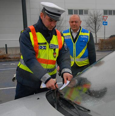 A mozgáskorlátozottaknak fenntartott parkolóhelyeket jogosulatlanul elfoglaló autósok akár százezer forintos bírságra is számíthatnak FOTÓ: Csabai István