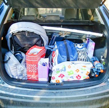 Raktáros: szétszerelt babakocsi, csomagok, kistáskák és palackok