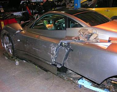 Az első, 2009-es baleset során kiütötték a hátsó felfüggesztést a Zonda S alól. Zonda GJ-ként született újjá ezt követően