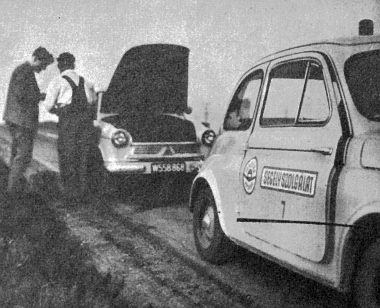 Az elakadt bécsi rendszámú Lloyd kocsin mindjárt lezárják a motortetőt. Gyorsan kijavították a gyújtászavart