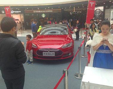 A baleset nem zavartatta a szervezőket, igaz, egy autóval folytatódott a Model S-tárlat