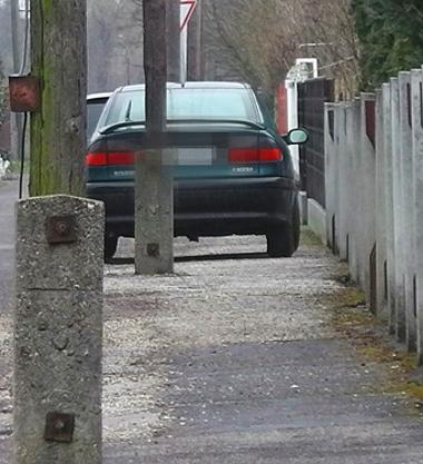 Ezt a furcsára sikeredett kertvárosi parkolást is olvasóink örökítették meg