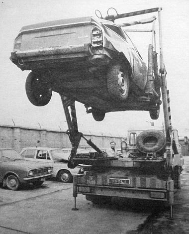 """Ebben az """"akasztott"""" autóban, a GS Citroënben az ütközéskor négyen ültek – és szerencsére életben maradtak"""