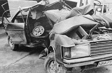 Ez még felismerhetően Ford Granada, amelynek egyik utasa már a baleset pillanata után vette fel a nyúlcipőt, de a másik három is megúszta a derékba tört kocsiban