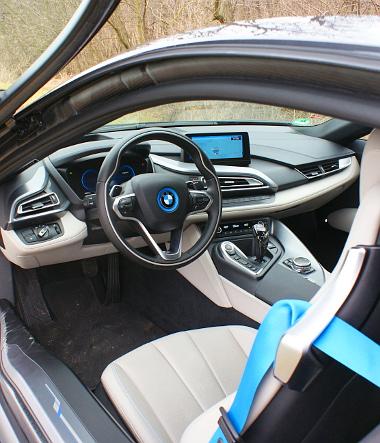A BMW-stílus itt is azonosítható, a tükörben a széles far idomait is látjuk. A csomagtér mindössze 154 literes