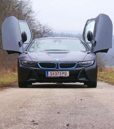 Mindössze 129,3 centi magas az i8-as, fordulóköre azonban egészen tekintélyes, 12,3 méter. A benzinmotor tesztfogyasztása 8,1 l/100 km volt