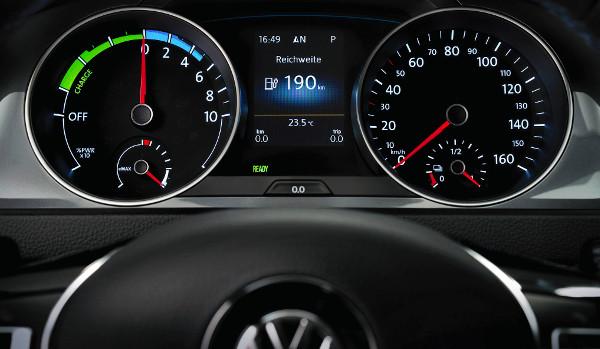 Fordulatszámmérő helyett teljesítménymérő. A motorfék erőssége három lépésben állítható