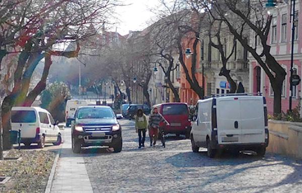 Egy hétköznap délelőtt a sétálóutcán, a Garay téren. Túl sok a gépjármű (Fotó: Árki Attila)