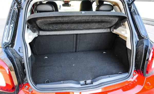 Kicsi a csomagtér, de a hátsó üléssor rovására bővíthető