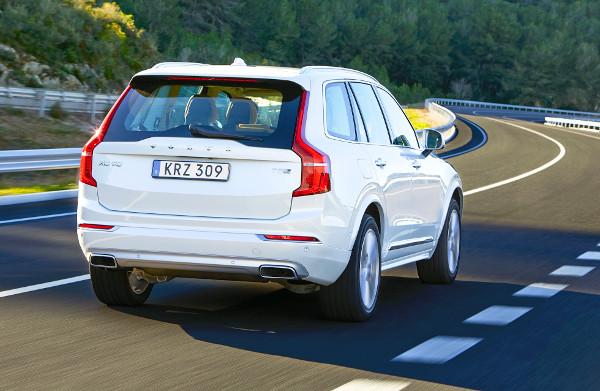 Az alufelnik mérete 18-22 col lehet. Elektromos csomagtérajtó és komfortnyitás (láblengetés) is rendelhető. Olyan tempót diktál majd a márka, hogy négy év múlva ismét az XC90-es lesz a legidősebb Volvo