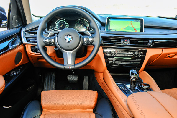 Látványos színek, tökéletes kidolgozás, csúcstechnika – és ez csak egy normál belső, ami tovább fokozható. Fotó: Hilbert Péter, BMW