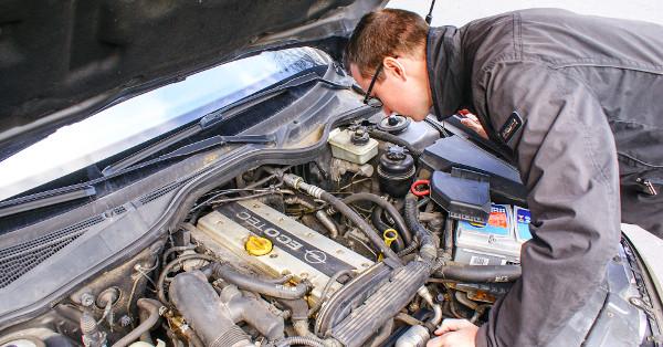 A motor mellé és alá is érdemes benézni, a sérülések nyomának vizsgálatához szükség lehet zseblámpára