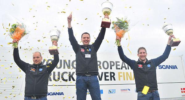 Dobogón a Scania YETD európai döntőjének első három helyezettje: balról jobbra Patrick Schildmann (Németország), Lars SØndergÅrd (Dánia) és Thomas Knüsel (Svájc)