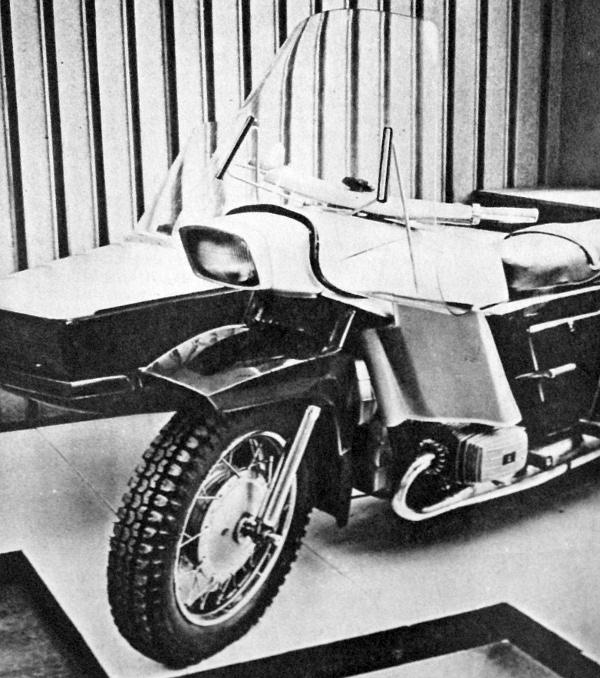 Az új típusú kijevi Dnyepr. Maga a gumiabroncs is jelzi, hogy erős igénybevételre tervezték a 32 lovas boxermotorral hajtott oldalkocsist