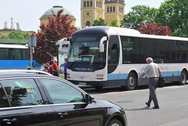 Gyakran előfordul az egri buszpályaudvarnál, hogy a gyalogos sietségében szabálytalanul megy át az úttesten. Képünk illusztráció