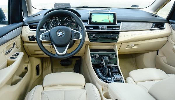 Ismerősek a formák és anyagok a többi BMW-ből, az üléspozíció itt is kényelmes. Fotó: Hilbert Péter