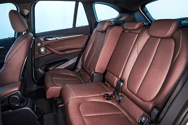 Szériában csak osztott a BMW X1-es hátsó ülése, az állíthatóság feláras