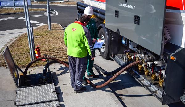 A zárt rendszer lényege, hogy az egyik csövön folyik az üzemanyag, a másikon térnek vissza a veszélyes gázok. Fotó: Karlovitz Ákos Bálint