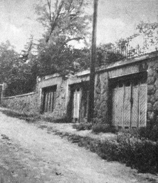 XII. Határőr utca 61. A középső garázs ajtajánál még most is érződik a sertés-trágya szaga