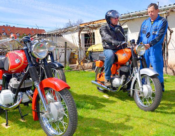 Ragyognak a kétkerekű járművek. A P-12-es tulajdonosa, Bögös Gyula (balra) épp olyan motormániás, mint a szerelő Holló Béla