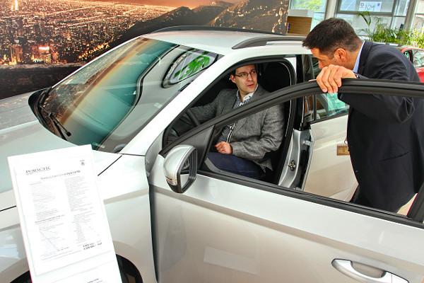 Az üléspróbához nem kell, hogy mozogjon az autó, az első benyomásokat érdemes a szalonban megszerezni. Fotó: Dombóvári Mihály