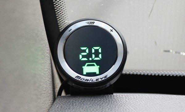 Ha jármű van a kocsi előtt, folyamatosan jelzi a követési távolságot. Fotó: Dombóvári Mihály