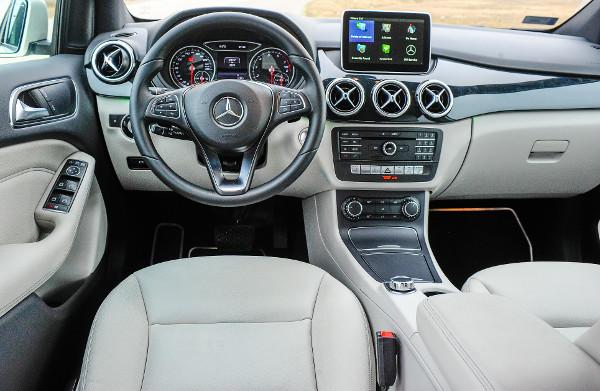 """Igényes anyagok, klasszikus Mercedes-hangulat. Sajnos """"utólagos"""" hatást kelt a központi kijelző. Fotó: Hilbert Péter"""