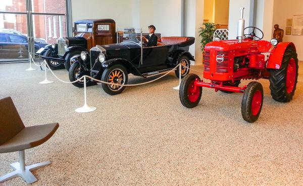 Az első Volvo személyautó 1927-ben gördült ki a göteborgi gyárból, az ÖV4-es alapjaira építették az LV4-es haszonjárművet – 1999 óta a személyautós és haszonjárműves divízió csak nevében azonos. A Volvo 1950-ben felvásárolta a BM céget, nem sokkal k