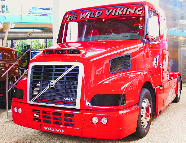 """Az NH16-os """"Vad Viking"""" tuningkamion 1600 lóerőt és 5500 Nm-t teljesít, 4,0 másodperc alatt van százon és 270 km/óra a vége. 2007-ben világrekordot állított fel, amikor álló helyzetből 1 km alatt 158,8 km/órás sebességre gyorsult"""