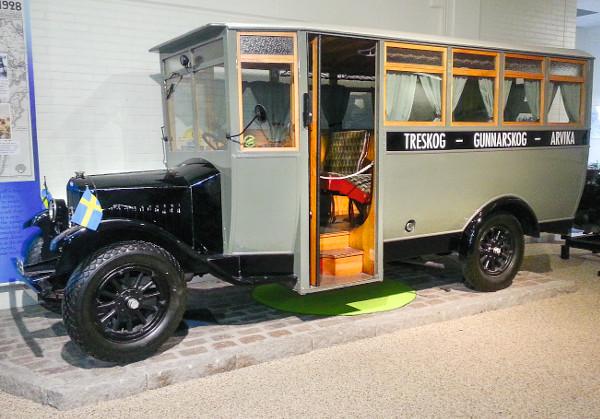 Az LV4-es haszonjárműre az Arvika Vagnfabrik készített buszfelépítményt: az 5,7 méter hosszú jármű a sofőrön kívül 16 utast szállíthatott. 1944 cm3-es, 28 lóerős, oldalszelepelt motorja és háromfokozatú váltója volt