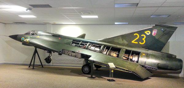 A Volvo a repülőgépiparban is érdekelt volt, 1941-ben éppen a Saabtól vette át a részleget, majd 2012-ben a brit GKN-nek adta el. Ez itt egy 8,14 méter hosszú, Saab J35J Draken, Svédország első szuperszonikus (a hangsebességnél gyorsabb) vadászgépe