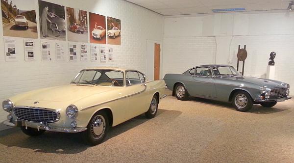 """A Volvo második sportkocsikalandja, """"Az Angyal"""" tévésorozatból is ismerős P1800-as már sikeresnek bizonyult. A vajszínű egy Olaszországban készült 1958-as prototípus, a kék 1969-ből az akkori cégelnök, Mr. Gunnar Engellau """"szolgálati aut"""