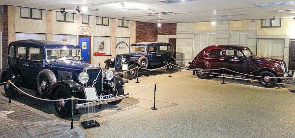 A PV 650-es sorozat (1929-37) már hathengeres motorokkal készült. Balra 65 lóerős 654 De Luxe kivitel, teljes egészében acélkarosszériával, középen TR 704-es (1935) nyújtott tengelytávú, hétszemélyes taxi, a jobbra látható PV36-osból 500 db készült &#8211