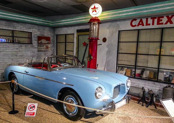 A kétüléses P1900-as roadster a márka első sportkocsija: 65 db készült. Csőalváz, üvegszálas kasztni és 1,4 literes, 70 lóerős motor jellemezte