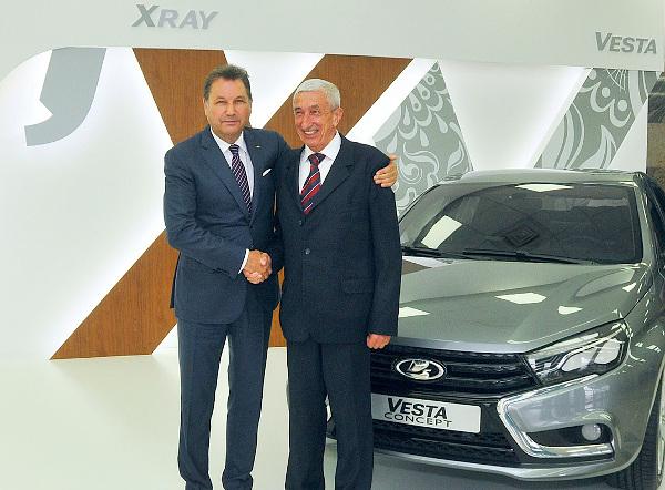 Bo Andersson, JSC AVTOVAZ CEO és Ormos István, Duna Autó Zrt. vezérigazgató ünnepélyes kézfogása