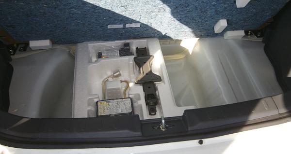 Van hely pótkeréknek is, de a csomagtér padlója alatt csak defektszett lapul